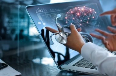 Doctors looking at brain on screen to illustrate brain age